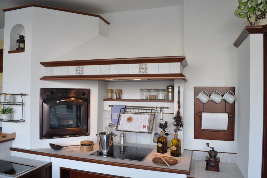 Gemauerter kochbereich mit antikem backofen und kochbuch halterung